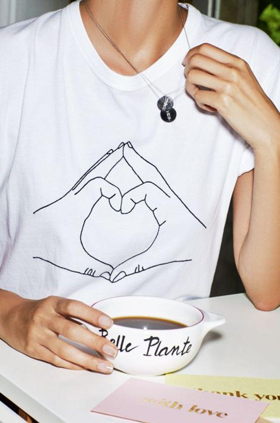 Choisissez votre petit mot précieux, chaîne en or blanc 750 millièmes, avec un pendentif «More» ou «One», Ginette NY, 610 €. Le Tee Shirt en coton brodé avec le dessin de deux mains formant un coeur, clin d'oeil au langage universel des signes. Maison Labiche, 60 €. A l'occasion des 150 ans du Printemps, Pied de Poule propose ces bols bretons avec des messages rafraîchissants, à offrir à toutes les générations de mamans ! 18 €