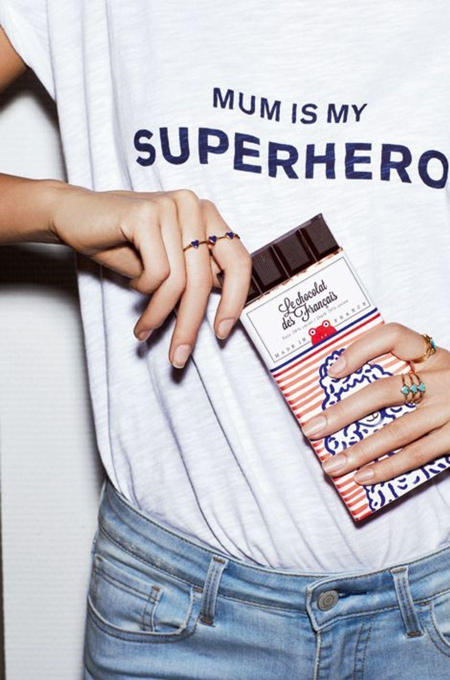 La marque Ba&sh lance une collection capsule pour célébrer les mamans, le top Mum is my superhero est en coton imprimé, 70 € (existe aussi pour enfants, 35 €). Créé par deux gourmands amoureux de Paris, Le chocolat des Français concilie le bon et le beau, flatte la rétine et chatouille les papilles grâce à ses saveurs délicieuses. Plaquette de 90g de chocolat noir 70% cacao, 6 €.