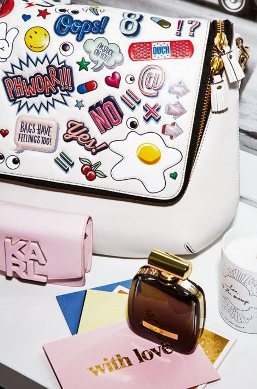 Le sac Maxi Zip, All Over Stickers d'Anya Hindmarch est un accessoire lumineux et plein d'humour avec ses shebam ! pow ! wizz ! En cuir lisse et rabat zippé, au Bon Marché, 1575 €. Une bougie L'esprit de famille, avec cette bougie parfumée au figuier et fabriquée en France. Créée par la marque Emoi Emoi, 20 €, dont 10 reversés à l'association Ninoo. Inspiré d'un clutch couture Accessoire emblématique de la Maison Nina Ricci, le flacon révèle sous sa robe mauve sombre une eau de parfum créée par Francis Kurkdjian pour Ricci. Vaporisateur 30 ml, 48 €. Set de 12 compliments cards Pour envoyer des mots gravés dans un beau papier, L'imprimerie du Marais, 39 €.
