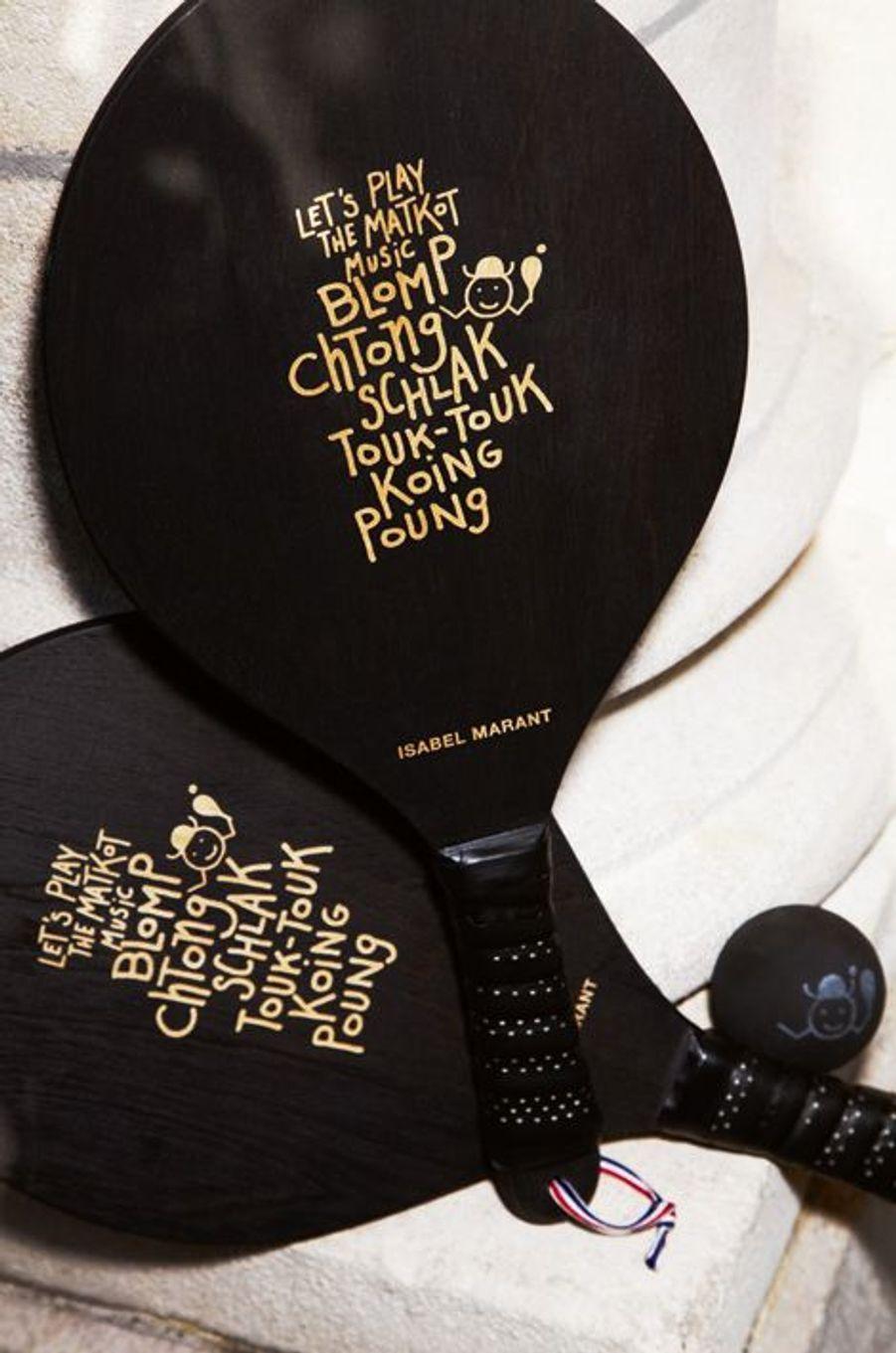 Isabel Marant s'associe à la Maison Héritage Paris pour créer un kit exclusif de raquettes de plage en bois de bouleau teinté noir, gravé, 220 €.