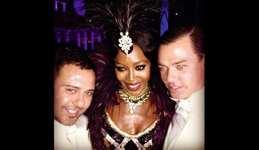 Naomi entourée du duo de photographes de mode Mert Alas et Marcus Piggott.