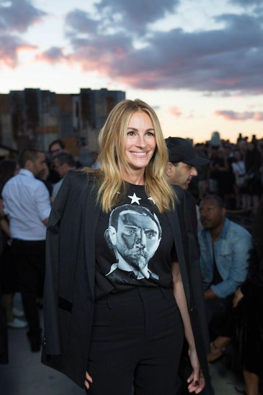 Julia Roberts, avec un tee-shirt à l'effigie du directeur artistique.