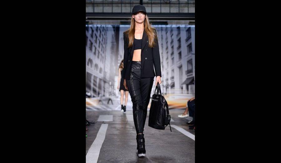 La marque DKNY retranscrit l'esprit de la ville de New-York dans des collections de prêt-à-porter très urbaines.