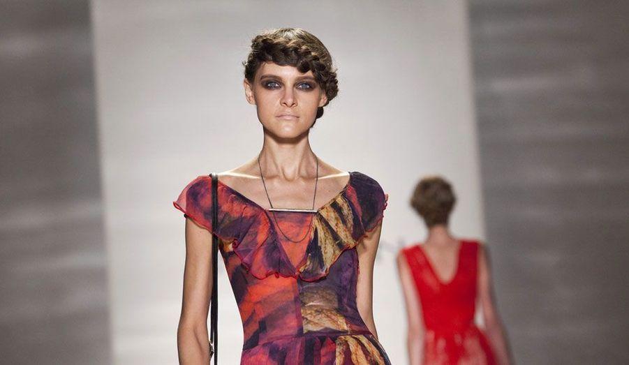 La coiffure du mannequin vient embellir la tenue de la marque Emerson.