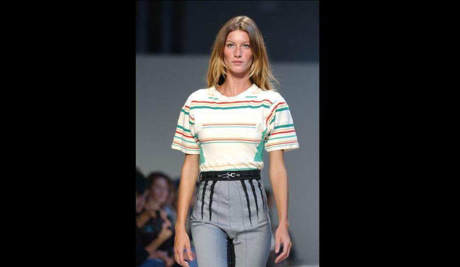 Tee-shirt large rentré dans un pantalon taille haute droit: aujourd'hui, tout le monde connait cette tenue, devenue incontournable. Précurseur, Nicolas Ghesquière présentait déjà cet ensemble en 2002.