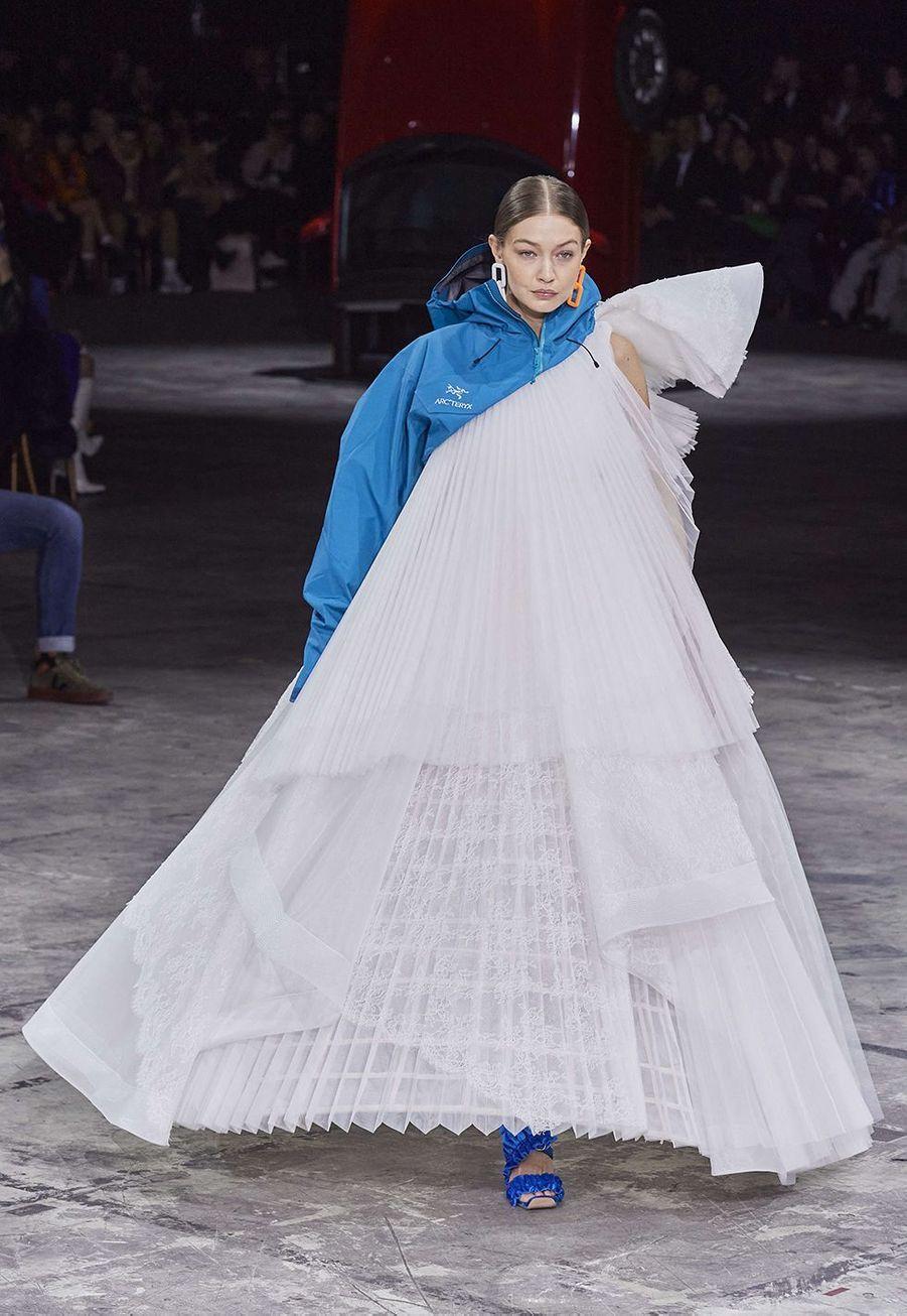 Gigi Hadidclôture le défiléprêt-à-porter automne-hiver 2020-2021 de la marque Off-White à Bercy le 27 février 2020.