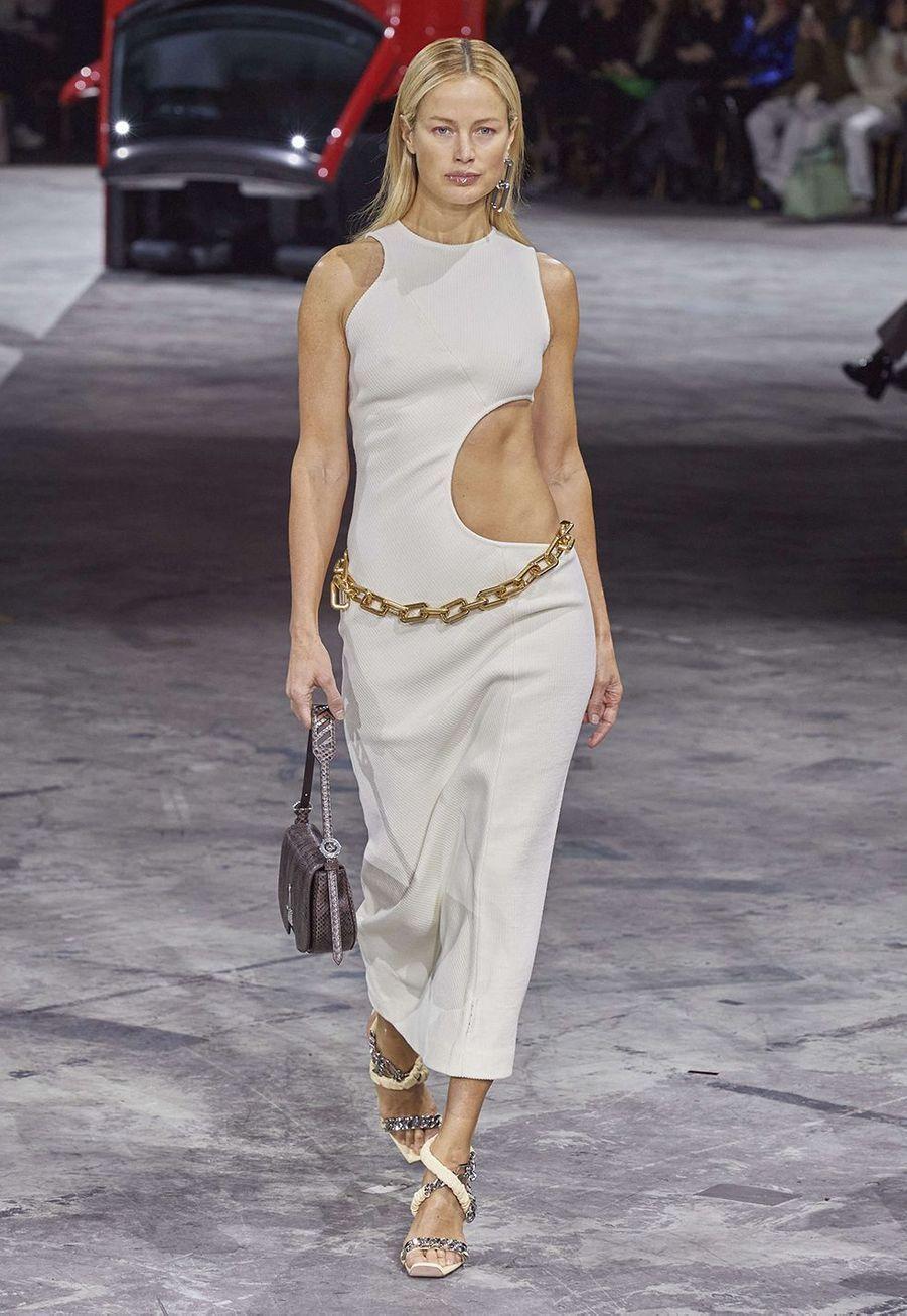 Carolyn Murphy porte une robe créée par Virgil Abloh pour sondéfiléprêt-à-porter automne-hiver 2020-2021 Off-White à Bercy le 27 février 2020.