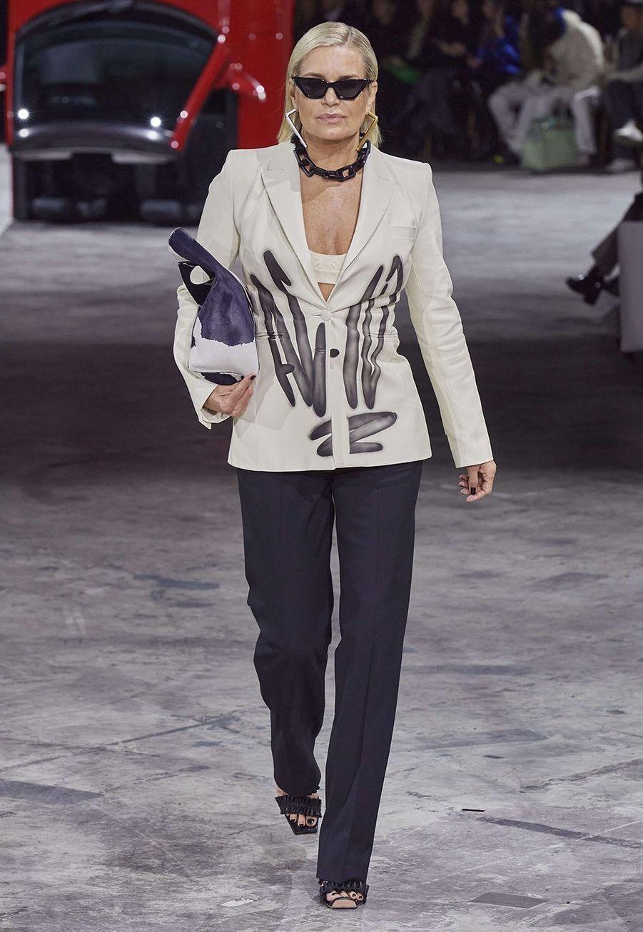 Yolanda Hadid défile pour la dernière collectionprêt-à-porter automne-hiver 2020-2021 de la marque Off-White à Bercy le 27 février 2020.