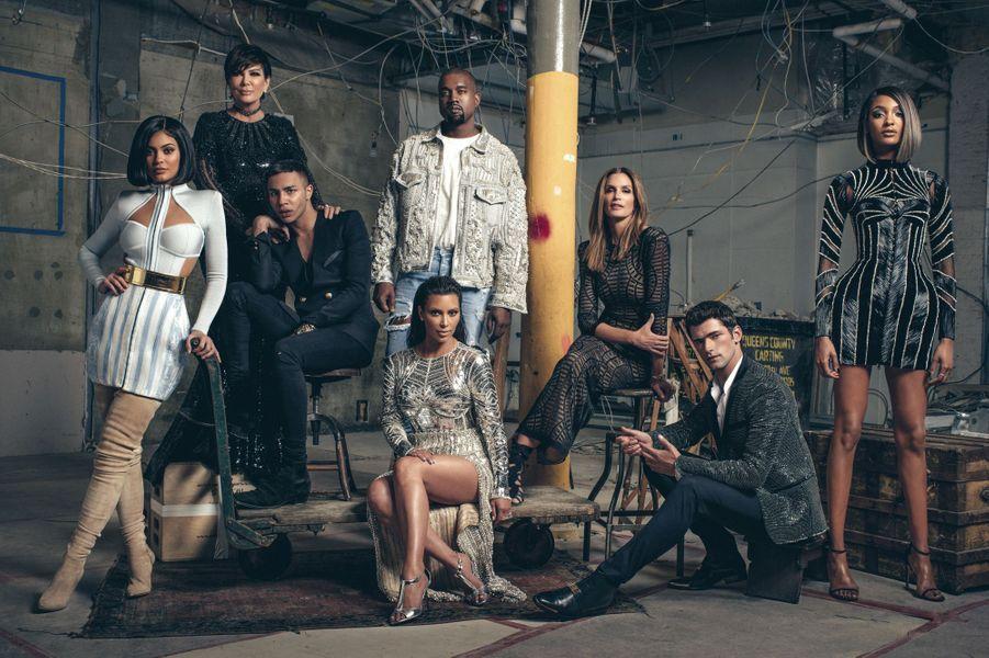 Autour d'Olivier Rousteing (veste croisée à boutons) : Kim Kardashian, au premier plan, en robe argent (thème du gala du Met), de g. à dr., Kylie, sa sœur, en bleu et blanc, Kris Jenner, leur mère, en robe noire ; Kanye West, l'époux de Kim ; Cindy Crawford et les mannequins Sean O'Pry et Jourdan Dunn, debout. Tous en Balmain.