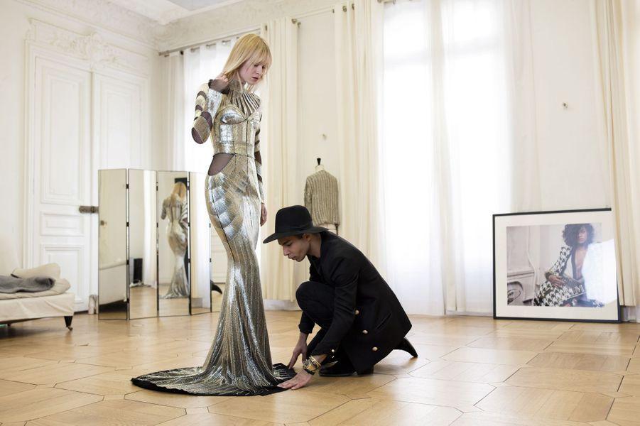 Fin avril, dernière ligne droite avant le gala du Met. Cette robe sera portée par Jourdan Dunn. Un travail de haute couture qui a nécessité plusieurs jours de confection.