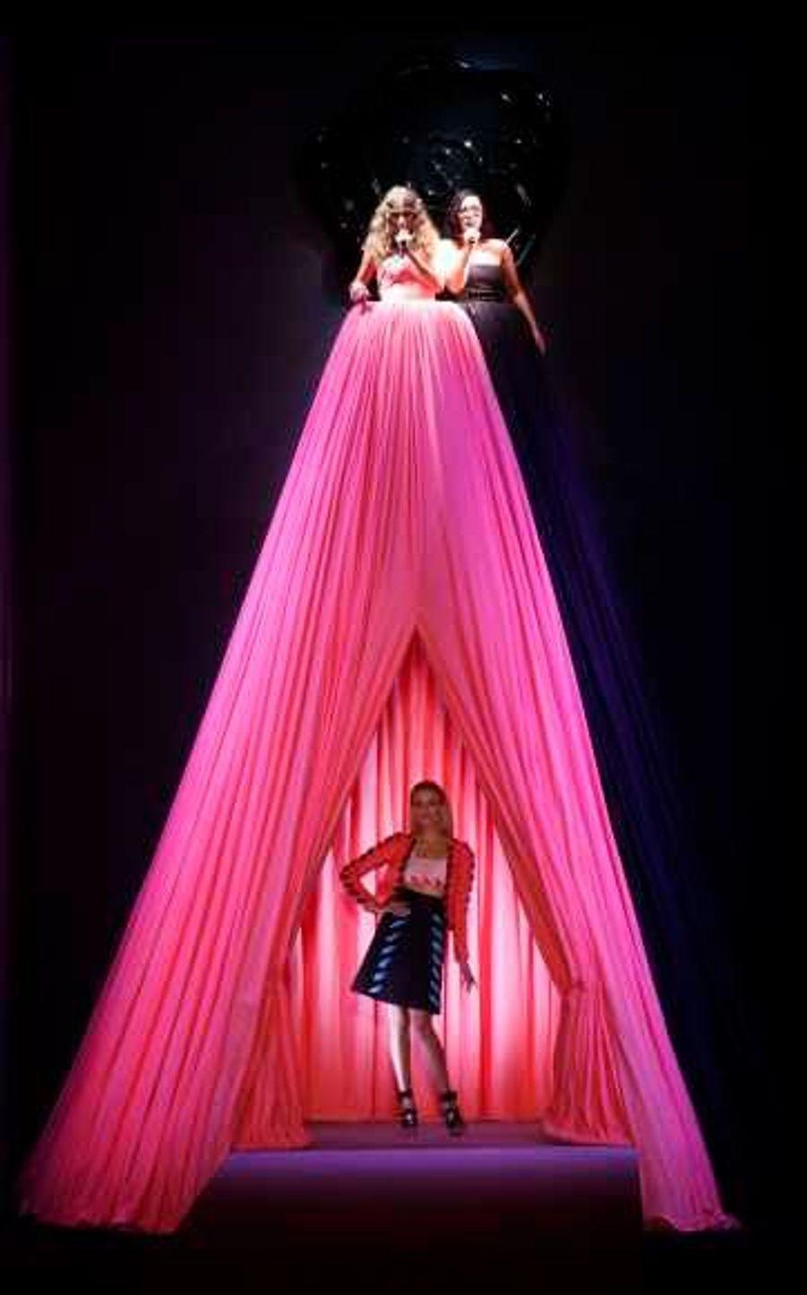 """Viktor&Rolf a misé gros sur la mise en scène, en embauchant le groupe Brigitte qui a interprété son titre """"Ma Benz"""" perché dans une robe géante servant de rideaux..."""