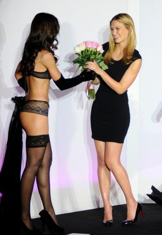 A l'issue du défilé, un mannequin de la marque a offert un bouquet de fleurs à la star du jour.