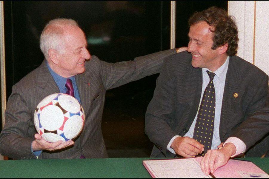 Pierre Bergé ici en 1997 avec Michel Platini,en marge de l'organisation de la Coupe du monde de football 98.