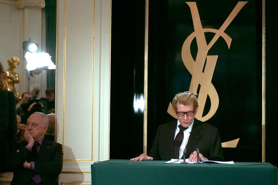 Le 7 janvier 2002, Yves Saint-Laurent,aux côtés de Pierre Bergé, donne une conférence de presse, au cours de laquelle il annonce son «adieu» à la couture.