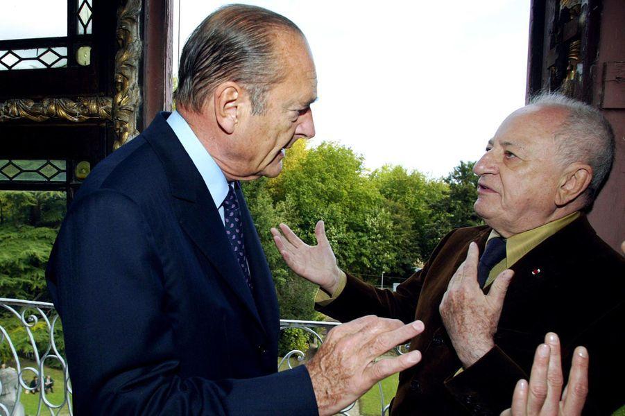 Jacques Chirac et Pierre Bergé, propriétaire du musée, lors de sa visite du cabinet de travail d'Emile Zola, en octobre 2002 à Medan.