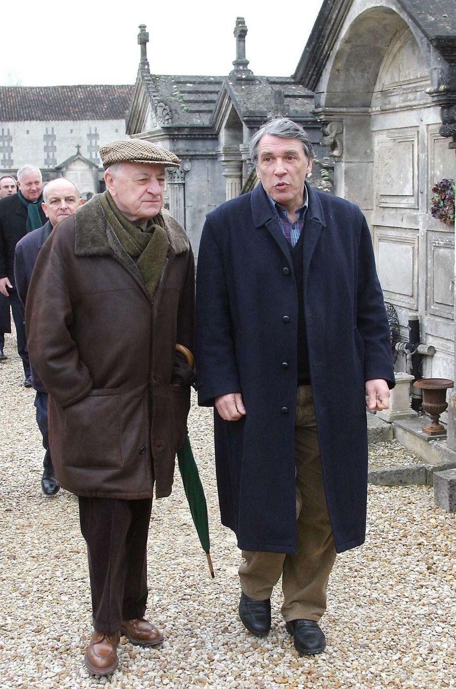 Pierre Bergé au cimetière de Jarnac en compagnie de Gilbert Mitterrand, le 08 janvier 2004, après avoir rendu hommage à François Mitterrand, à l'occasion du huitième anniversaire de sa mort.