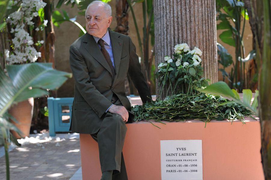 Pierre Bergé le 11 juin 2008 est assis sur une stèle à la mémoire d'Yves Saint Laurent dans le Jardin Majorelle àMarrakech.
