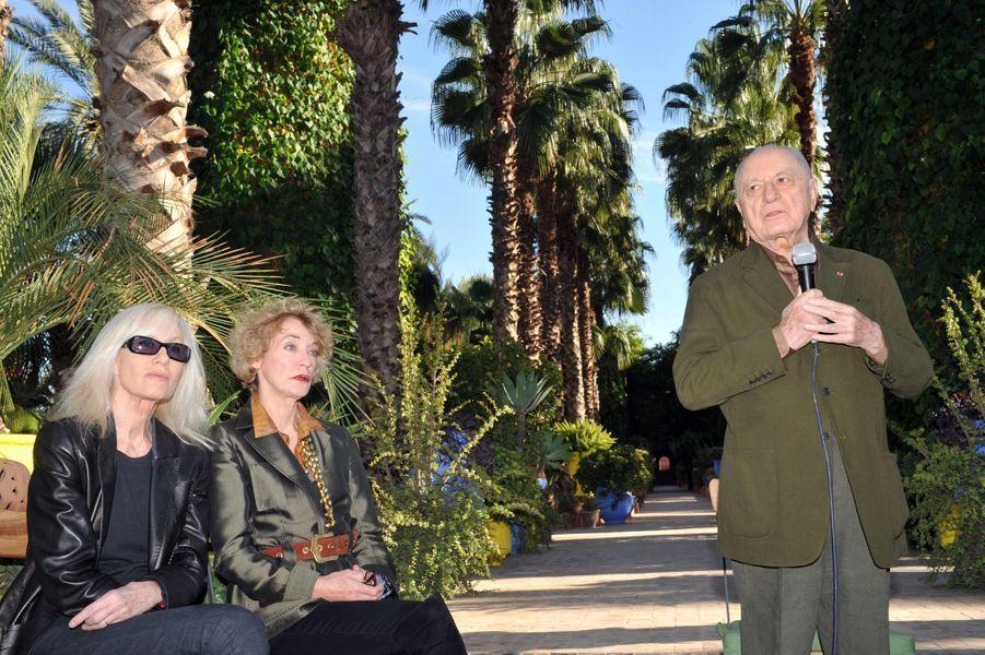 Pierre Bergé, Loulou de la Falaise et Betty Catroux au jardin Majorelle à Marrakech en novembre 2010.