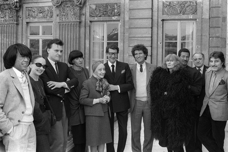 En mars 1984, Jack Lang, ministre de la Culture, est entouré de Kenzo, Anne-Marie Beretta, Jean-Charles de Castelbajac, Chantal Thomass, Alix Gres, Yves Saint-Laurent, Sonia Rykiel, Issey Miyake, Pierre Bergé et Emanuel Ungaro.