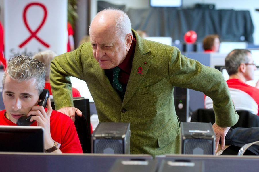 Pierre Bergé aux côtés de volontaires dans un centre d'appel à Chatillon lors du Sidaction en avril2014.