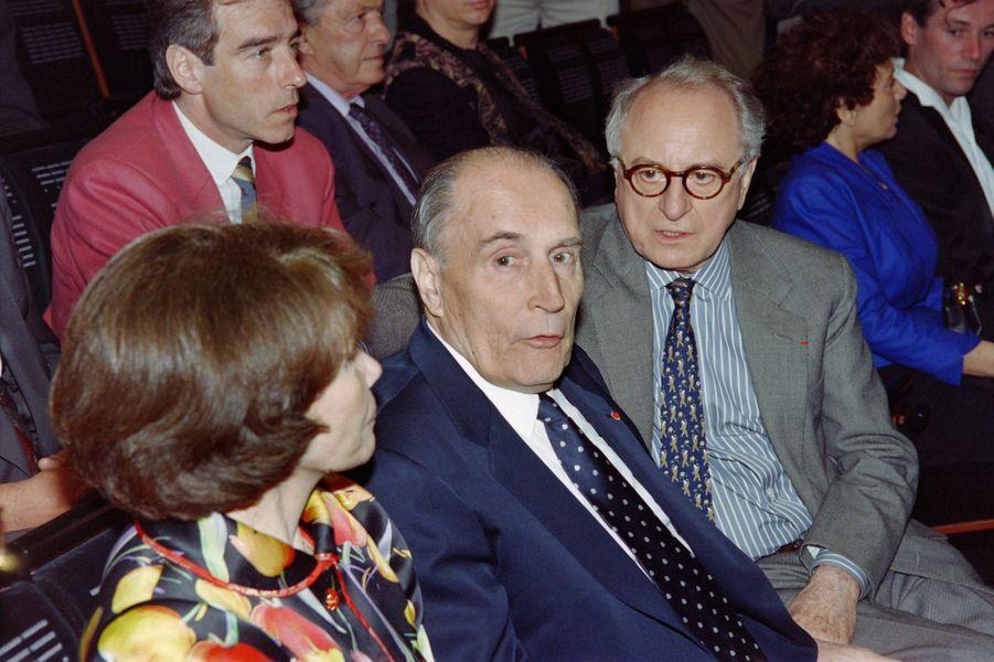 François Mitterrand, son épouse Danielle Mitterrand et Pierre Bergé lors d'un concert en l'honneur de Charles Trenet à l'Opera Bastille en mai 1993.