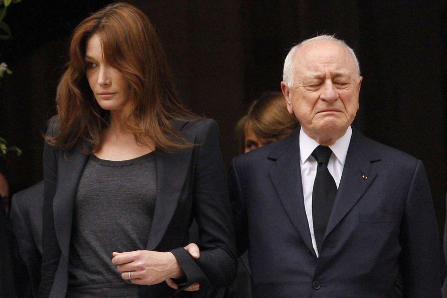 Pierre Bergé et Carla Bruni-Sarkozy le 5 juin 2008 aux obsèques d'Yves Saint Laurent.