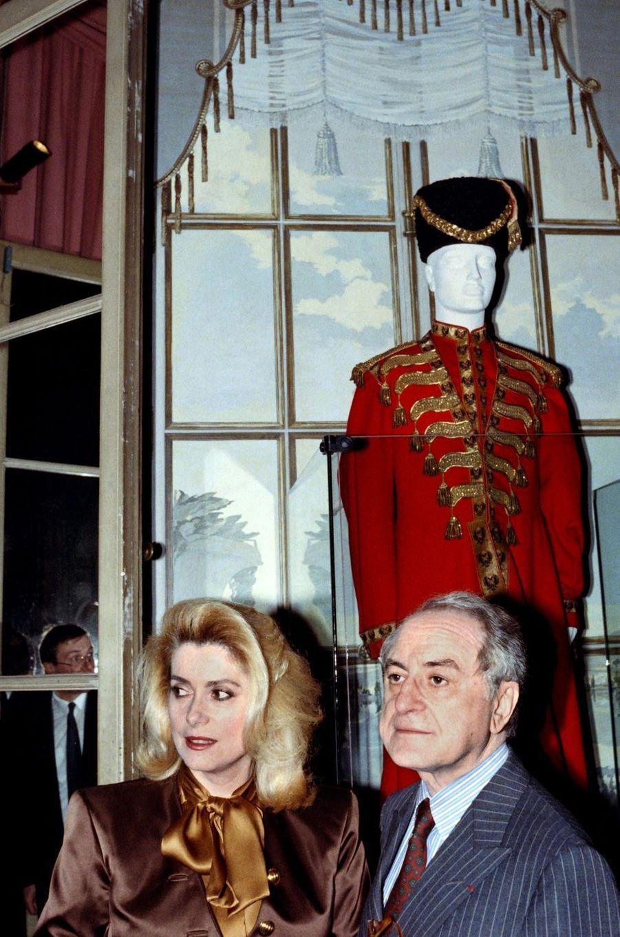 Pierre Bergé et son amie Catherine Deneuve au musée Jacquemart-André à Paris en février 1989.