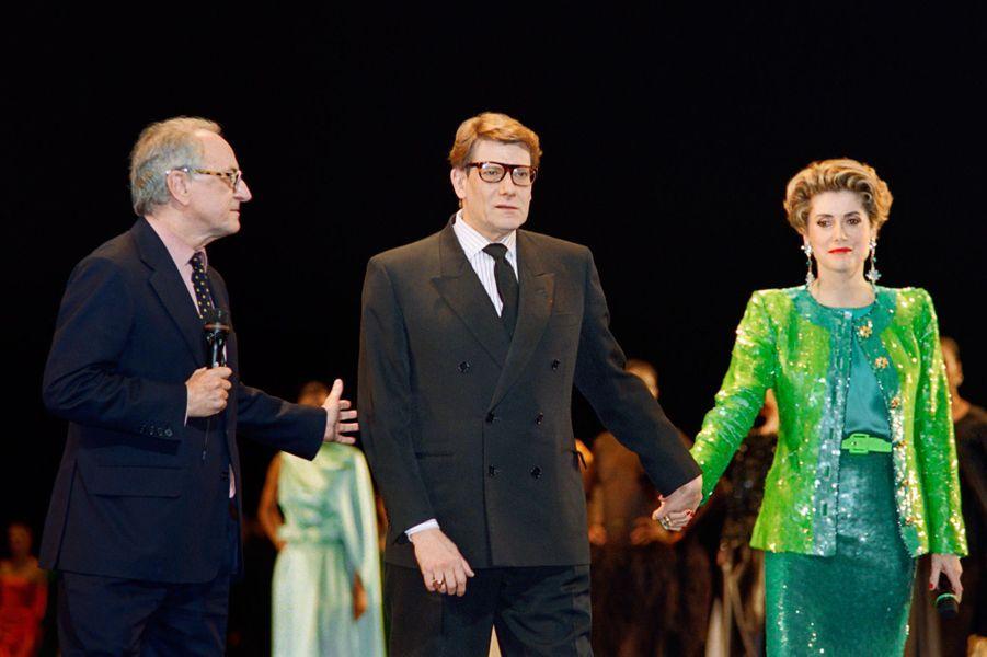 Pierre Bergé aux côtés d'Yves Saint-Laurent et de Catherine Deneuve en février 1992 à l'Opéra Bastille, pour célébrer les 30 ans de la création de la maison Yves Saint Laurent.