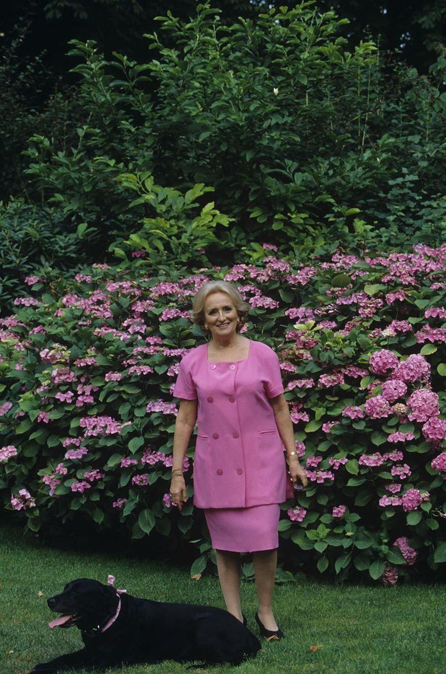 Consciente de son rang, mais embarrassée par le casse-tête des choix vestimentaires, Bernadette Chirac a eu l'intelligence d'écouter attentivement les conseils d'une amie avertie, Claude Pompidou. Celle-ci, incollable sur la mode, l'a familiarisée avec le style et les grands couturiers. Bernadette Chirac a peut-être un peu abusé du tailleur Chanel, uniforme bien pratique, et du sac à main dadame (qui lui valu d'impayables quolibets des Guignols) mais le soir, en revanche, elle savait sortir le grand jeu!
