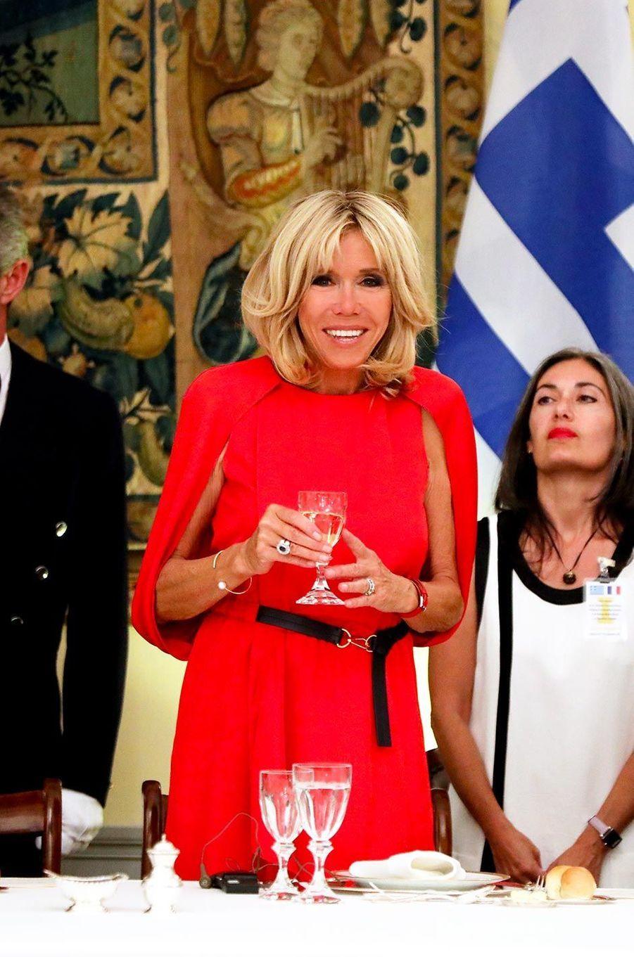 Grâce à sa légèreté décomplexée, Brigitte Macron a mis la soixantaine à la mode. Fine et musclée, elle sait que les robes courtes la mettent en valeur. Peu importent les commentaires outrés sur l'ourlet au-dessus du genou ! A côté d'une Melania Trump crispée, Brigitte honore la réputation française. Lignes sobres, couleurs vives, elle ne fait aucun faux pas, toujours juchée sur ses escarpins. Même en jean. Et en fonction des voyages, elle s'adapte, comme en Chine où on la voit porter col Mao et pans fendus. Mais c'est son sourire qu'on préfère.