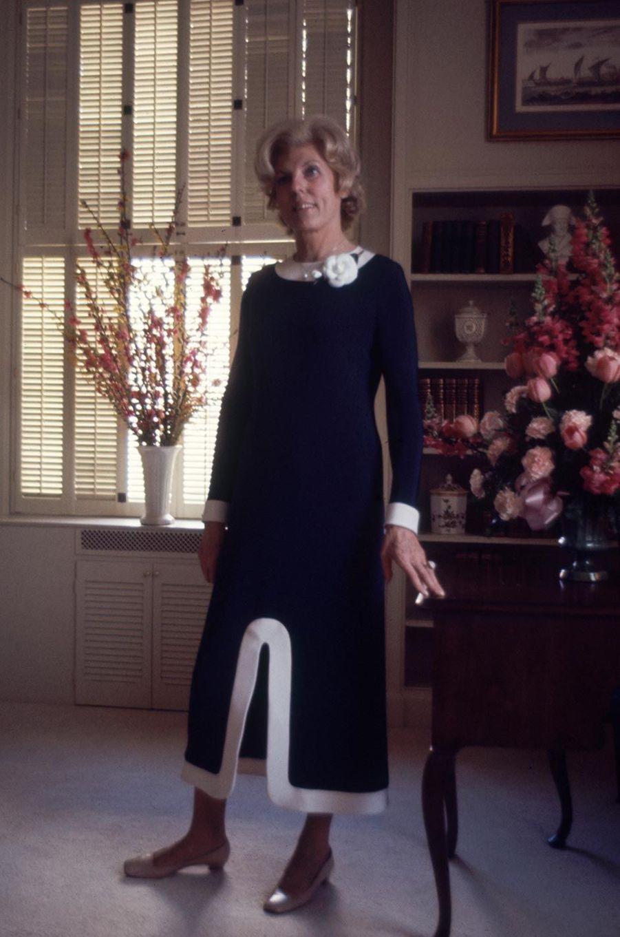 Avec Claude Pompidou, la Première dame n'est plus seulement une silhouette, c'est une femme avec un corps sexy. Elle sait se mettre en valeur, avec un goût très sûr et, du coup, valorise son rôle. De plus, un rien l'habille! Tailleur, short en vacances ou fourreau du soir, elle porte nos couturiers emblématiques : Dior, Cardin, Givenchy, Scherrer...