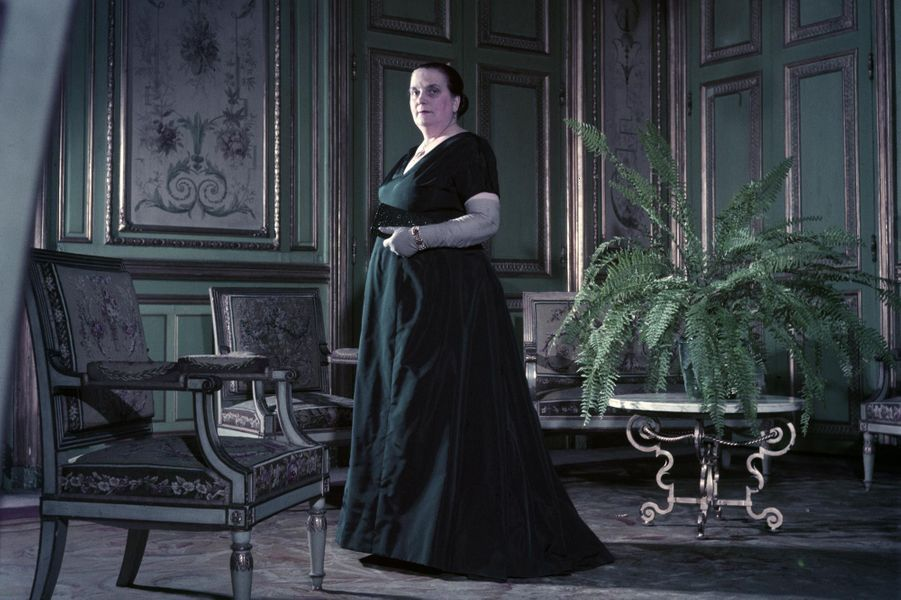 Ici en 1955, Germaine Coty incarnait à merveille la mère respectable, ne dédaignant pas pour autant le décolleté et la couleur.