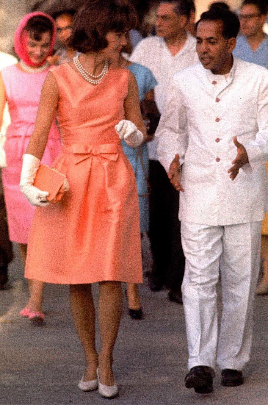 En corsaire et sandalettes plates à Saint-Tropez, en robe d'après-midi assortie aux tons orangés de l'Inde où elle est en visite, avec un postiche en guise de bibi, ou en taffetas grand soir devant son mari bluffé, Jackie Kennedy a créé un style indémodable. Aujourd'hui, les fans de vintage fifties la copient fièrement.