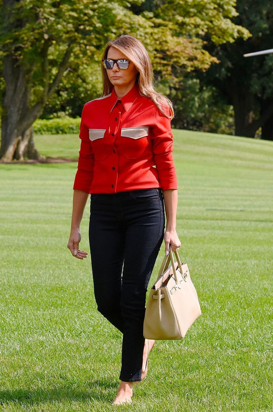 Slovène aux pommettes hautes et au corps sculptural, Melania Trump possède un savoir-faire de mannequin pour choisir ses tenues. Et paraît apprécier (un peu trop?) les imprimés fleuris. Mais il semble lui arriver d'oublier les raisons d'un déplacement, quand par exemple elle débarque au Texas inondé en talons aiguille... qu'elle s'est empressée, ce jour-là, de troquer contre un jean et des baskets.