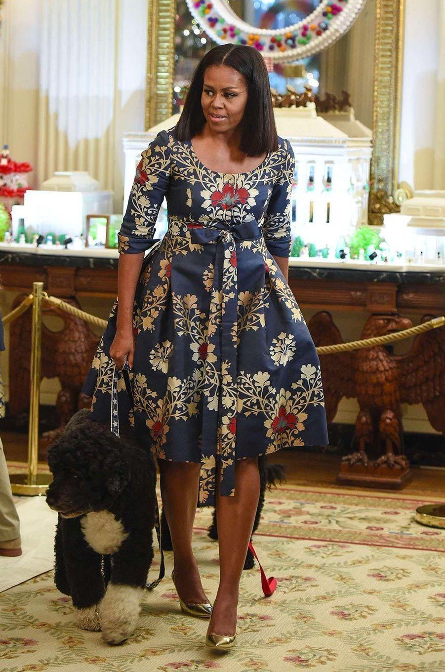 Cette avocate dynamique et rieuse donne le «la» d'une nouvelle élégance athlétique et colorée. On est loin de la gracile et compassée Barbara Bush. Michelle Obama aime la ligne corolle, les tons éclatants et les imprimés. Cependant, si elle adore changer de coiffure, elle n'assume pas ses cheveux crépus.