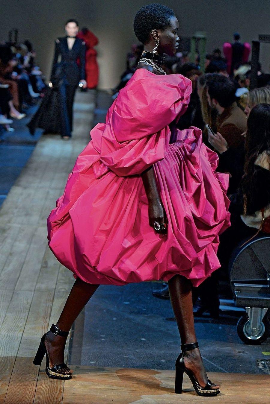 Alexander McQueen: Inspirée par les ateliers textiles de son enfance, Sarah Burton fait exploser les drapés dans un taffetas de soie satinée rose fuchsia