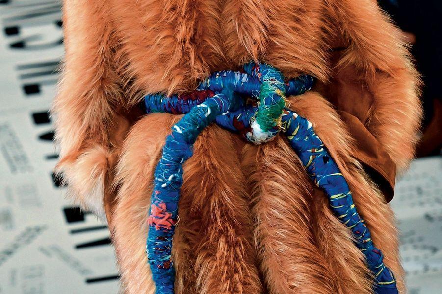 Stella McCartney Fausse fourrure et bijou textile imaginé avec l'artiste Sheila Hicks. La créatrice anglaise continue d'électriser la mode écoresponsable.