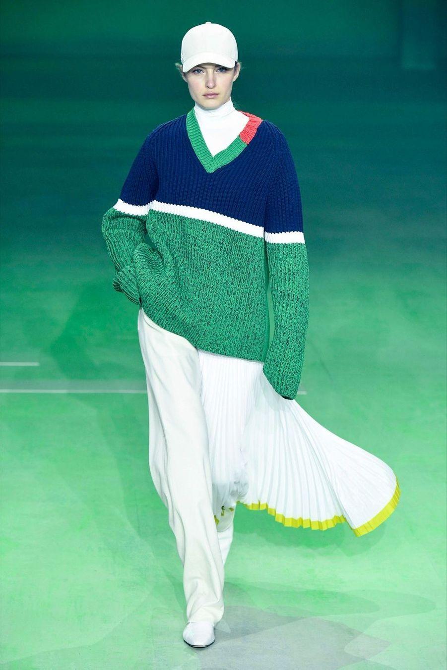Lacoste: Pull color block, pantalon pyjama avec jupe de tennis plissée façon tablier. Louise Trotter revitalise l'élégance sportive du temps de René Lacoste.