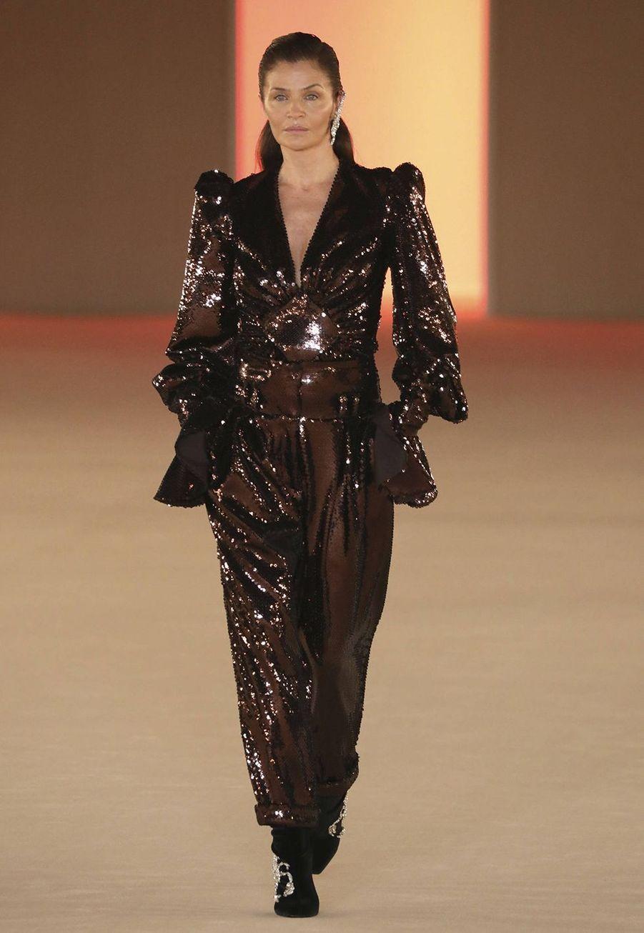 Le mannequin Helena Christensen défile pourla collection prêt-à-porter automne-hiver 2020-2021 de Balmain, à l'espace Champerret à Paris le 28 février 2020.