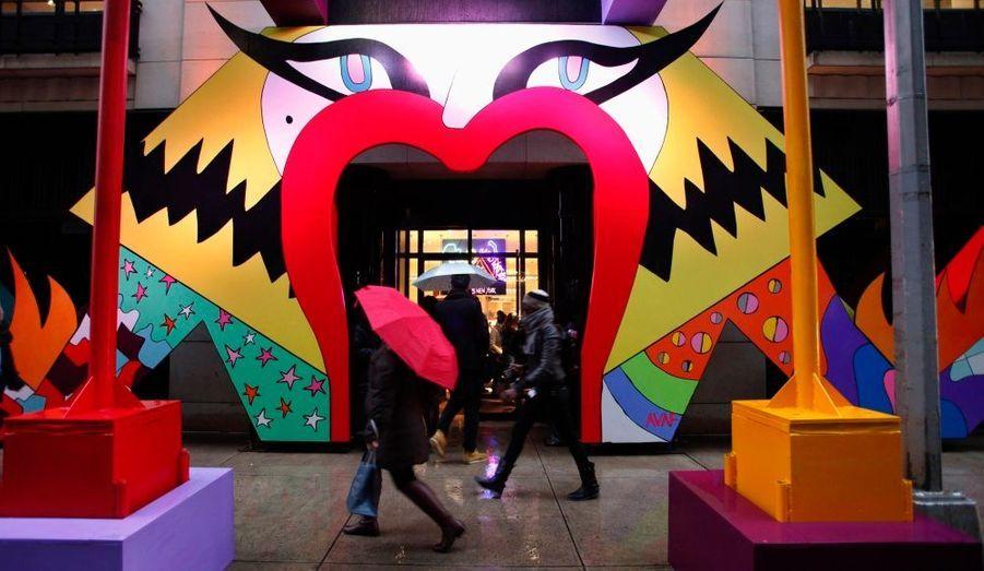 L'atelier de 500 mètres carrés a été installé au 5e étage de la luxueuse enseigne de Madison Avenue.Pour l'occasion,Lady GaGa, sous la direction artistique de Nicola Formichetti, a dessiné unassortiment de créations et d'objets.