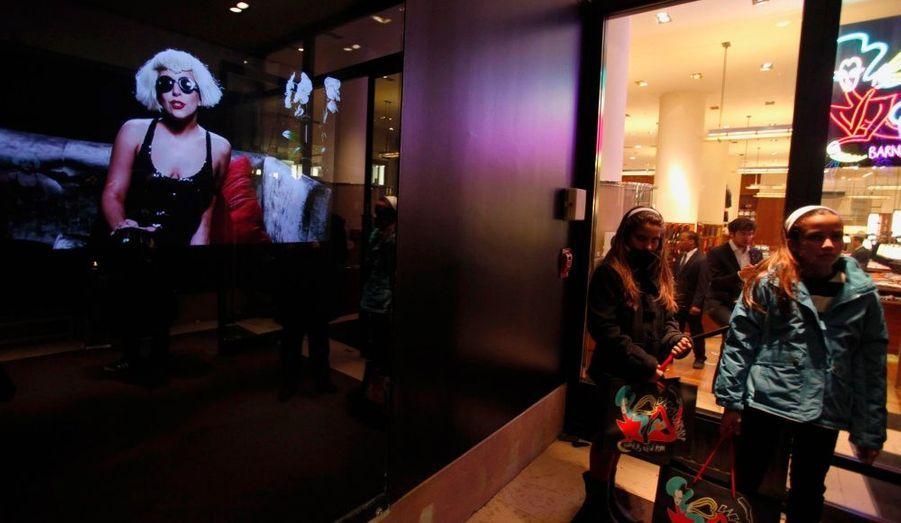 C'est la première fois que Barney's converti un étage complet à une collection précise. Pour ce projet sans précédent plusieurs vitrines du magasin sont également consacrées à la star.