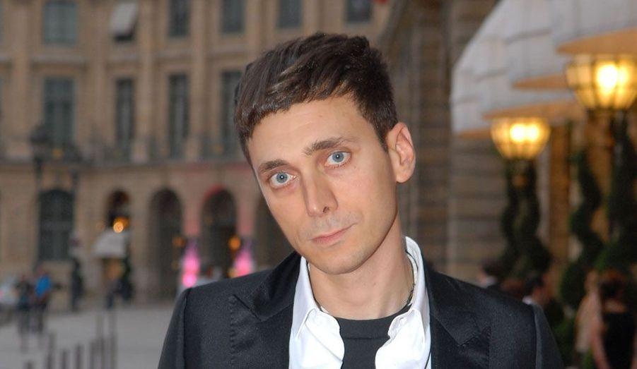 Le 7 mars, le groupe PPR annonçait que le français aux origines italiennes et tunisiennes revenait dans la maison dont il avait dirigé le prêt-à-porter pendant homme pendant trois ans, entre 1997 et 2000, avant d'exploser chez Dior homme jusqu'en 2007, puis avec sa propre marque. En plus de se charger de toutes les collections de Saint Laurent (il a renommé la marque, et son premier défilé a eu lieu le 2 octobre), il continuera de mener de front sa carrière, saluée, de photographe.
