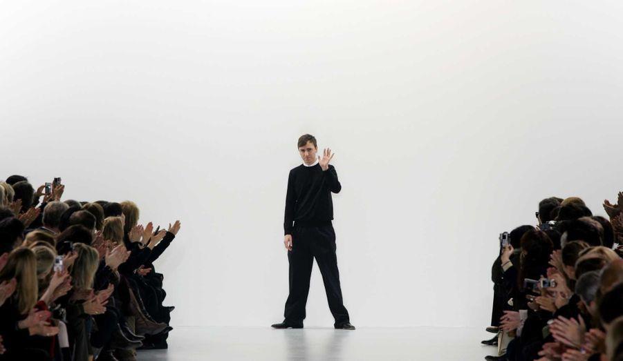 L'année 2012 a été marquée par un vent de renouveau au sein des plus grandes maisons de mode. Dior, Saint Laurent, Balenciaga ou encore Paco Rabanne: toutes ont changé de directeur artistique. Après 15 mois de flottement suite au scandale antisémite ayant impliqué John Galliano, le Belge de 44 ans, ex-directeur artistique de Jil Sander, a ainsi été désigné à la tête de la célébrissime maison française le 9 avril dernier. Il a la charge de la «haute couture, du prêt-à-porter et des accessoires féminins», en plus de sa propre marque. Sa première collection Haute-Couture a été présentée le 2 juillet à Paris, et celle de prêt-à-porter le 28 septembre.