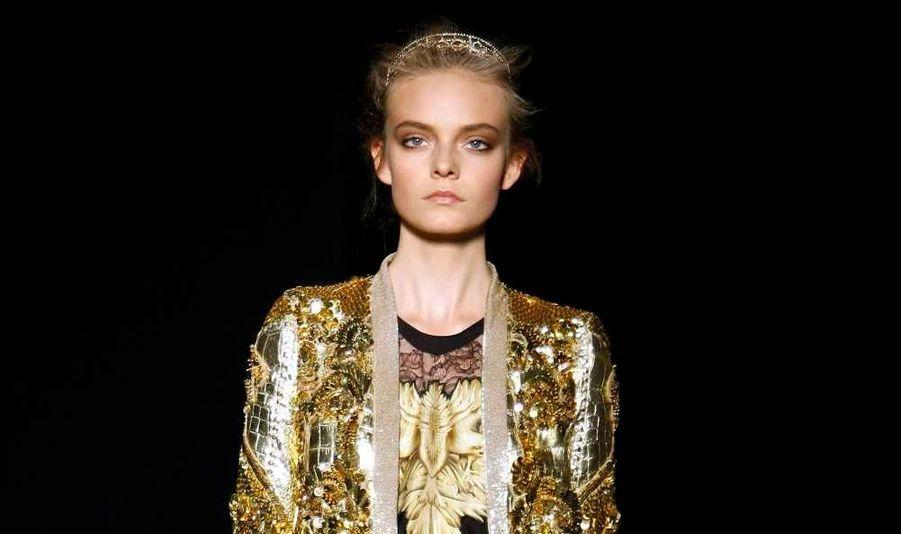 Au sixième et dernier jour de la Fashion week milanaise, Roberto Cavalli a fait sensation avec une collection de prêt-à-porter Printemps/Eté 2012 ultra-féminine et sophistiquée, termes qu'il a lui-même employés à cette occasion. Celui qui s'est fait connaitre avec ses fameux imprimés animaux a comme toujours donné la part belle aux imprimés et aux couleurs (pastels, cette fois), pour une ligne toute d'or et de pierres précieuses, donnant à ses modèles des faux airs de reines d'Egypte. Cette collection est un hymne au 'Made in Italy' et à la fantaisie du style italien, a-t-il déclaré. Il est inspiré par toutes les femmes qui aiment la vie et l'affrontent avec la sensualité.