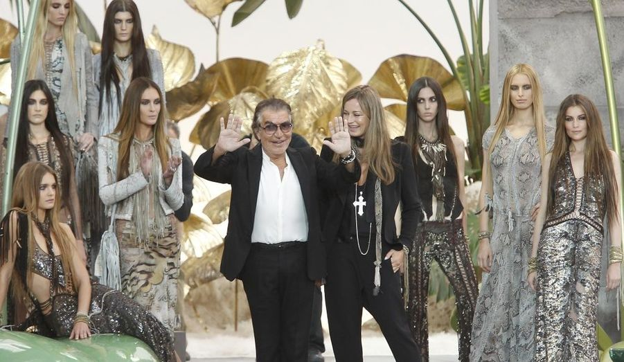 Roberto Cavalli pose avec ses mannequins et sa femme, Eva.