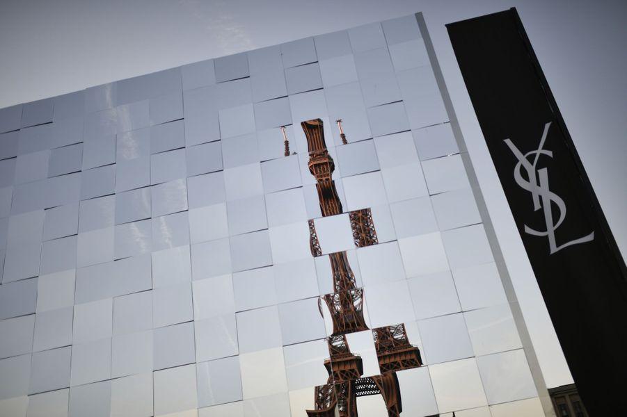 La maison Saint-Laurent a présenté sa collection automne-hiver 2019-2020 au pied de la Tour Eiffel.