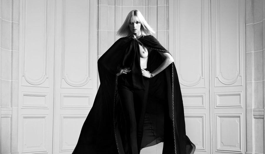 Lors de sa première Fashion Week pour Saint Laurent, Hedi Slimane a réussi le pari de mettre tout le monde d'accord grâce à une sublime collection. Sexy, sombre, élégante, sa ligne prêt-à-porter printemps-été 2013 continue encore à faire parler d'elle. Le créateur vient en effet de dévoiler les clichés en noir et blanc de certain de ses looks. Et c'est le top model polonais Anja Rubik qui a pris la pose sous l'objectif d'un Hedi Slimane une nouvelle fois très inspiré.