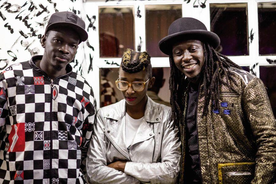 La styliste entourée des chanteurs du groupe de hip-hop Daara J Family.