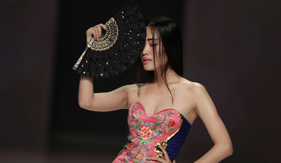 Le corps de la femme est mis en valeur dans une robe de la marque NE-TIGER.
