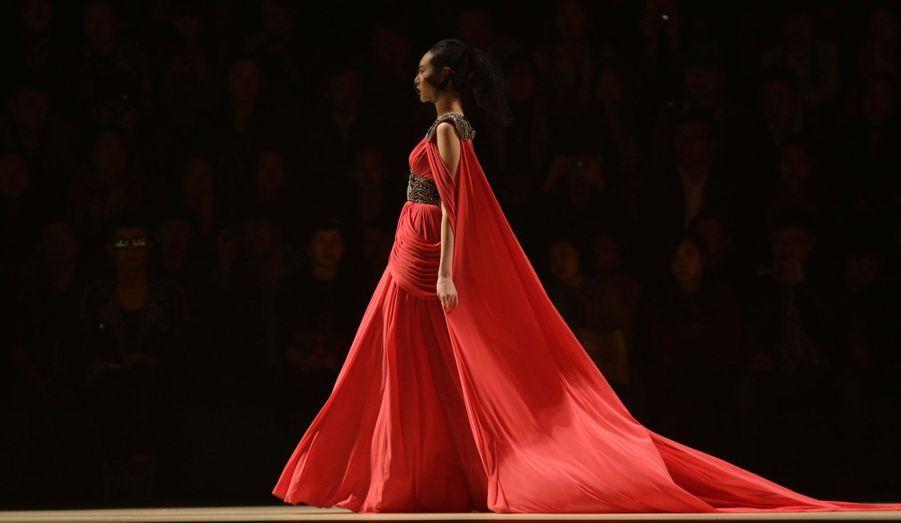 Du 24 octobre au 2 novembre se déroule la Fashion Week de Pékin, en Chine. Les créateurs y dévoilent leurs nouvelles créations pour la collection printemps/été 2013. Le styliste Qi Gang a été l'un des premiers à faire défiler ses mannequins.